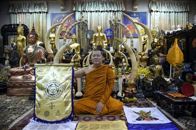 Nhà sư Phra Prommangkalachan và lá cờ của CLB Leicester