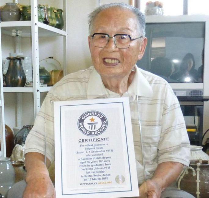 Cụ ông Hirata tốt nghiệp đại học ở tuổi 96 . Ảnh: Kyodo