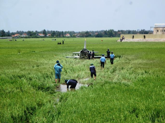 Lực lượng chức năng đang tìm cách đưa máy bay ra khỏi hiện trường