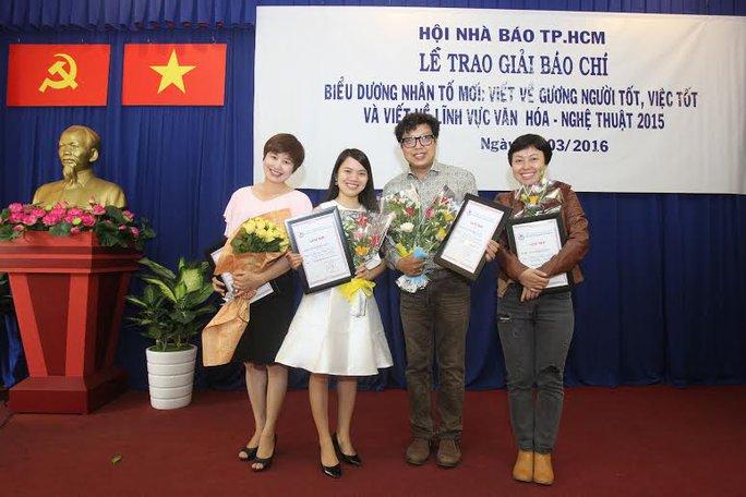 Các tác giả đoạt giải nhì và ba. Ảnh: Hoàng Triều