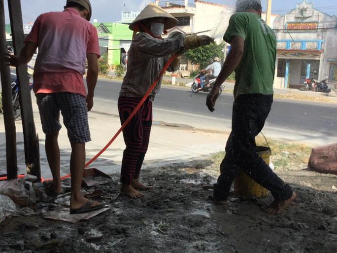 Bi can Liên dùng vòi nước hủy hoại các mẻ hồ và tấn công thợ xây do bà Lén thuê sửa nhà
