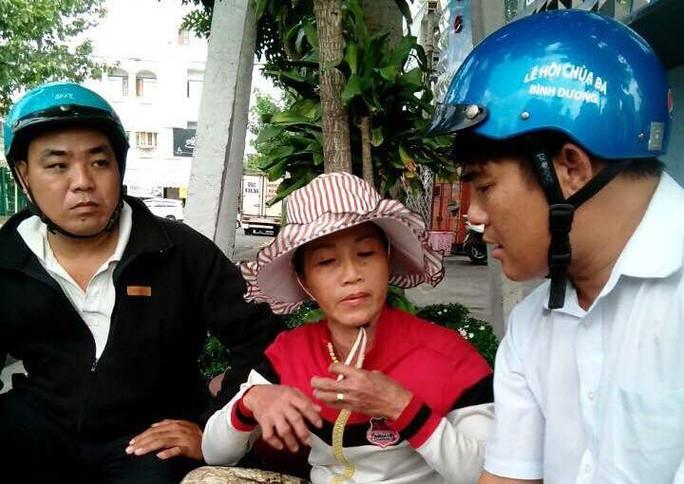 Bà Mỹ thừa nhận mình đã móc túi lấy điện thoại Iphone của khách đi chùa Bà (Ảnh: Đội Phòng chống tội phạm Phú Hòa cung cấp)