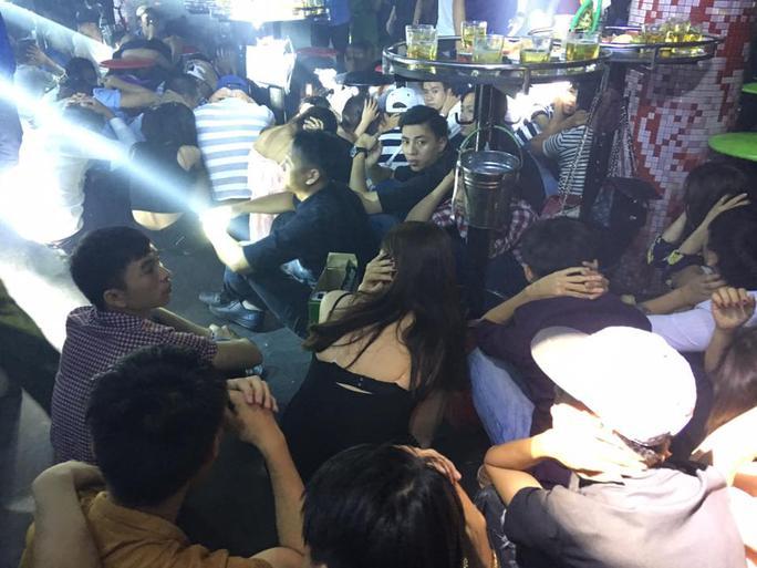 Nhiều nam thanh nữ tú ăn mặc mát mẽ lúc công an ập vào quán bar Ảnh: Tuấn Công
