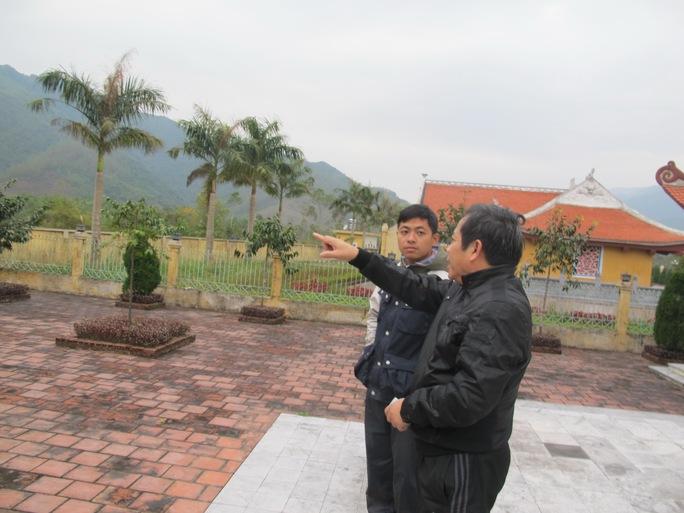 Ông Hoàng Như Lý chỉ một vị trí có 7 chiến sĩ hy sinh vào ngày 17-2-1979Ảnh: Văn Duẩn