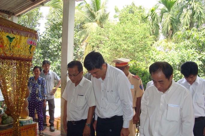 Ban An toàn giao thông tỉnh Long An cùng lãnh đạo huyện Đức Hòa viếng đám tang 1 trong 2 công nhân tử nạn