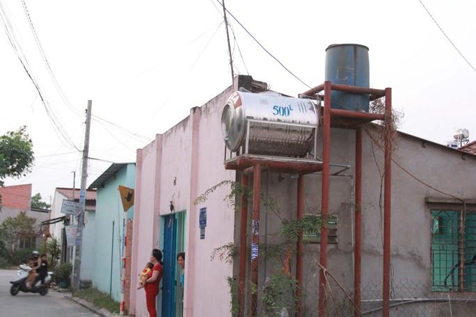 Vì giá nước sạch quá cao nên người dân ở ấp 5, xã Xuân Thới Thượng, huyện Hóc Môn, TP HCM phải dùng nước nhiễm phèn
