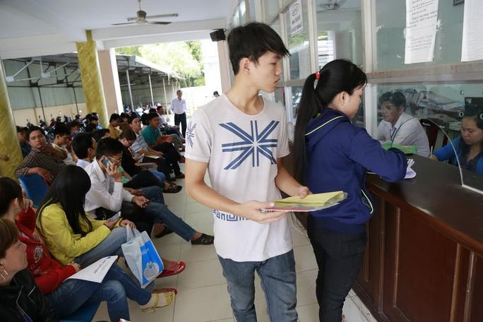 Dù rất đông người dân đến làm giấy tờ nhưng công chức phường Thuận Giao, thị xã Thuận An, tỉnh Bình Dương vẫn giải quyết nhanh chóngẢnh: Như Phú