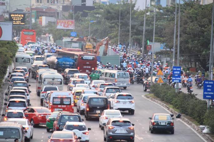 """Hàng ngàn phương tiện chen chúc trên đường Điện Biên Phủ vì """"lô cốt"""" chen ở giữa"""