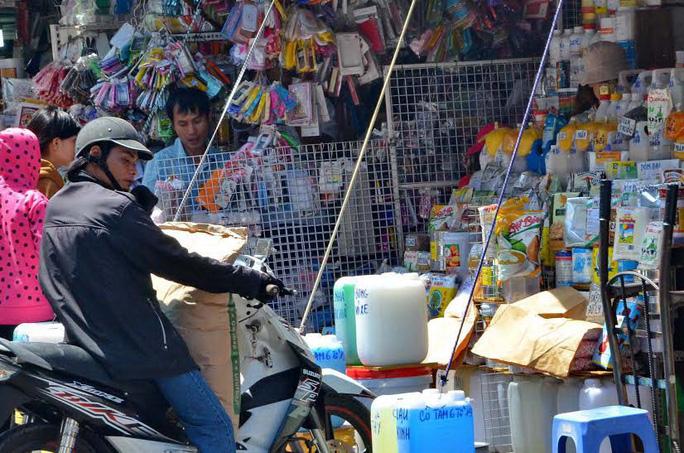 Buôn bán hóa chất tràn lan ở chợ Kim Biên. Ảnh: Tấn Thạnh