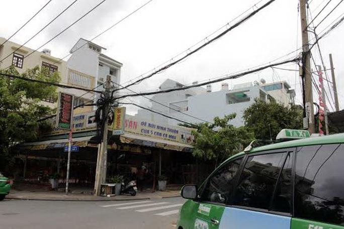 Hệ thống dây điện chằng chịt vẫn tồn tại song song cùng hệ thống cáp ngầm ở khu dân cư Trung Sơn Ảnh: Quốc Chiến
