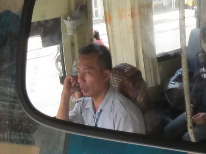 Tài xế vừa lái xe vừa nghe điện thoại Ảnh: Phạm Dũng