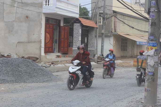 Bụi mịt mù nên người đi đường phải bịt mũi khi lưu thông qua đường số 37, phường Linh Đông, quận Thủ Đức, TP HCM