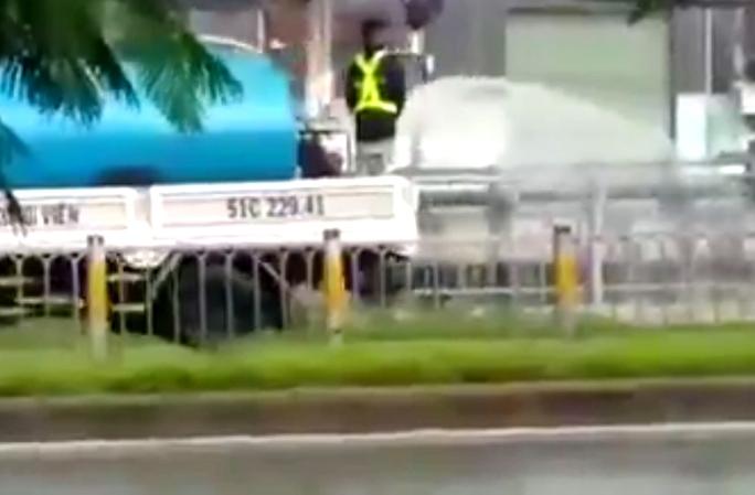 Xe bồn của Công ty TNHH Hoàng Lam đang làm nhiệm vụ. (Ảnh cắt từ video clip)