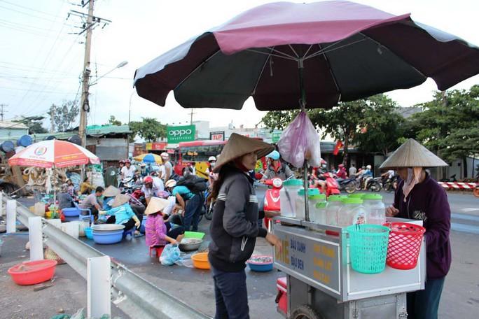 Lấn đầu cầu họp chợ ở cầu Rạch Bà phía phường 11, TP Vũng Tàu