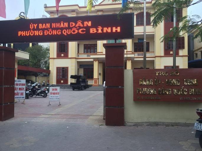 """Tấm biển """"Tạm dừng tiếp nhận hồ sơ"""" đặt trước trụ sở UBND phường Đổng Quốc Bình, quận Ngô Quyền, TP Hải Phòng Ảnh: Trọng Đức"""
