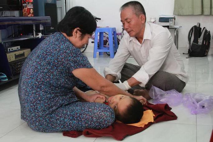 Lương y Nguyễn Văn Hòa Bình điều trị cho bé Nguyễn Trí Nghĩa
