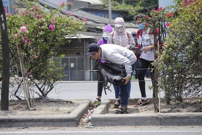 Sinh viên Trường ĐH Nông Lâm phải vượt dải phân cách, xe cộ tấp nập để tới trạm xe buýt. Ảnh: Quốc Chiến