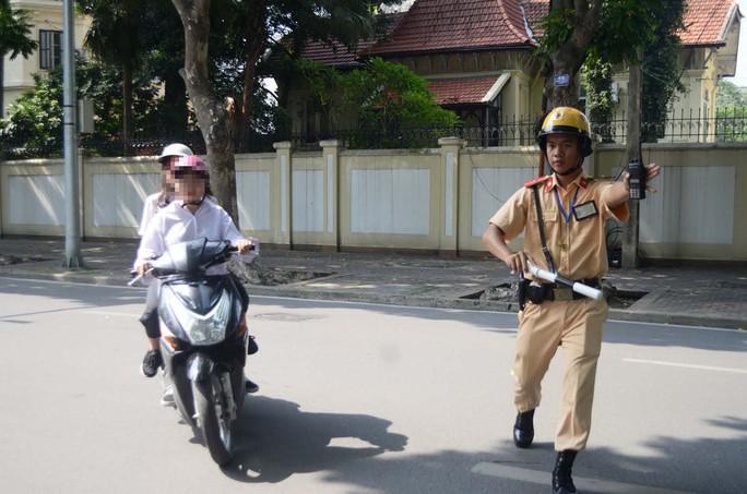 Nhiều người đi đường vượt đèn vàng bị CSGT thổi phạt tại ngã tư Trần Phú - Điện Biên Phủ (quận Ba Đình, TP Hà Nội) Ảnh: Nguyễn Hưởng