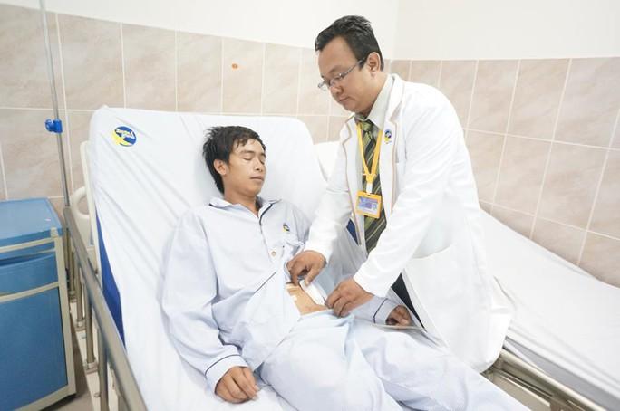 Và được các bác sĩ xử trí cấp cứu, vá lại lỗ rách bàng quang 12 cm.