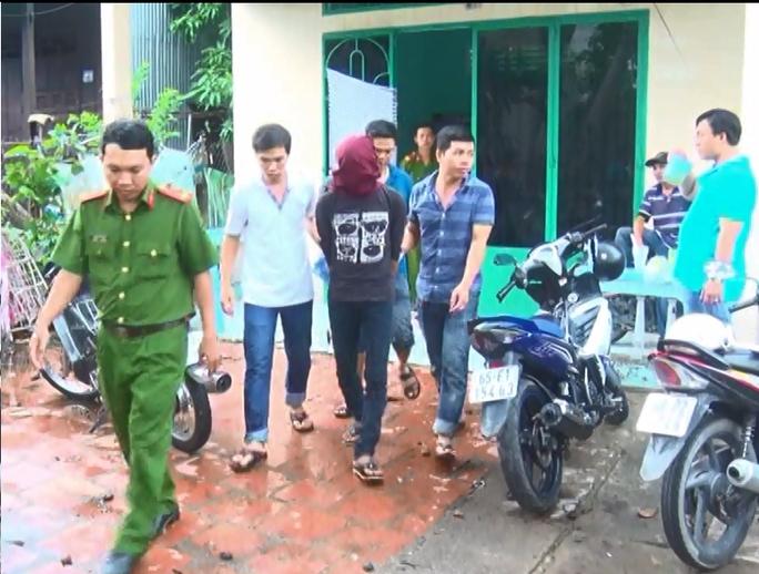 Lực lượng công an dẫn giải Trường và Mộng về cơ quan điều tra