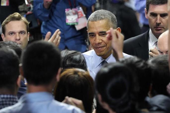 Tổng thống Obama bắt tay các bạn trẻ trước khi rời Việt Nam. Ảnh: Hoàng Triều