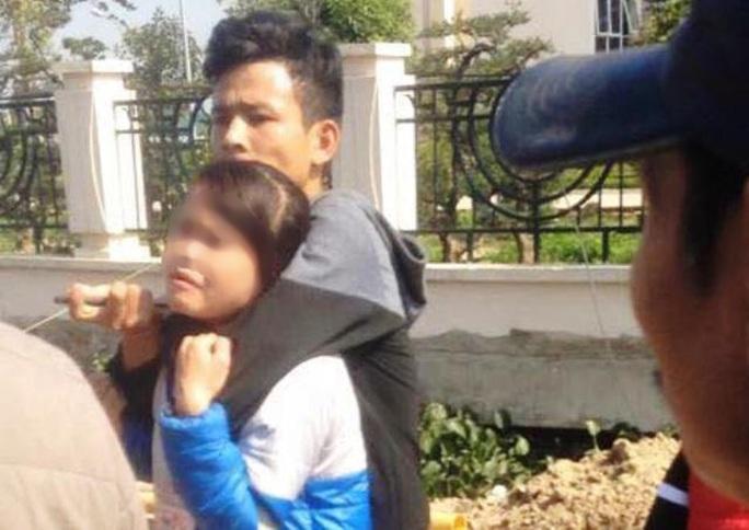 Nam thanh niên dùng dao nhọn dí vào cổ nữ sinh viên trước cổng Trường ĐH Văn Hóa, Thể thao và Du lịch Thanh Hóa