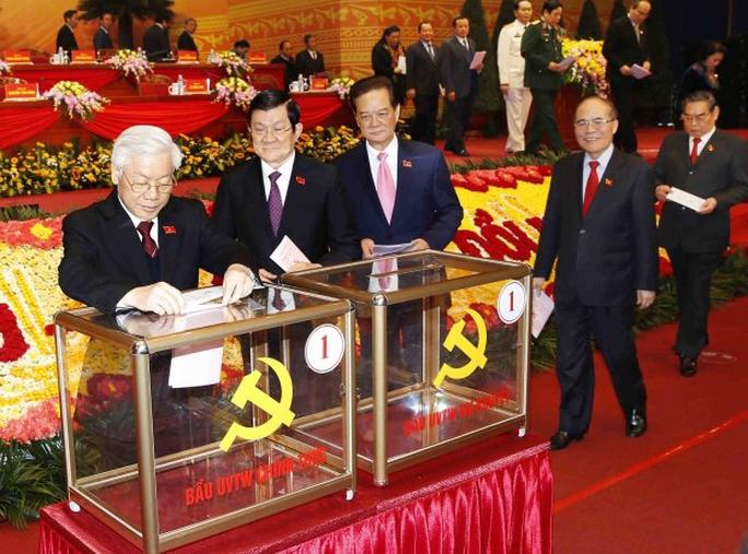 Các vị lãnh đạo Đảng, Nhà nước bỏ phiếu tại Đại hội lần thứ XII của Đảng - Ảnh: Tấn Thông