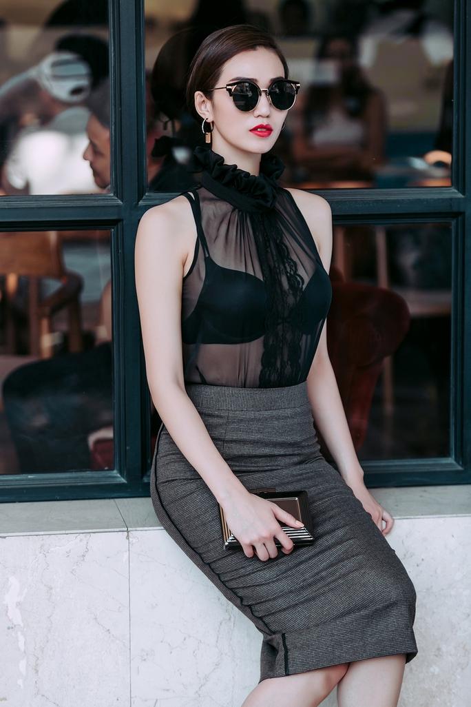 Người đẹp Khánh My quý phái với váy bó sát