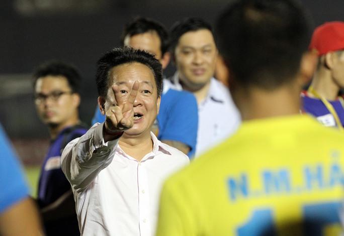 Bầu Hiển tuyên bố thưởng lớn cho Hà Nội T&T sau trận thắng Becamex Bình Dương. Ảnh: QUANG LIÊM