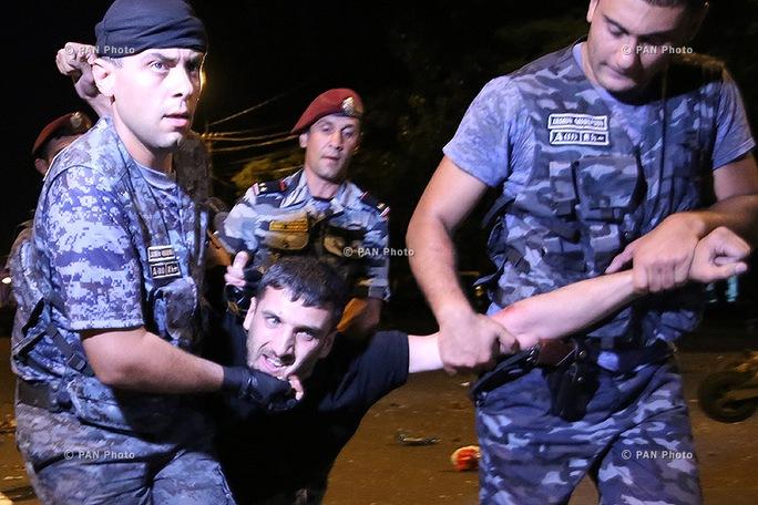 Cảnh sát giải tán người biểu tình. Ảnh: Pan