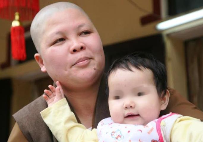 Bé gái bị bỏ lại vườn chùa ở Hà Nam có khuôn mặt xinh xắn, dễ thương như thiên thần