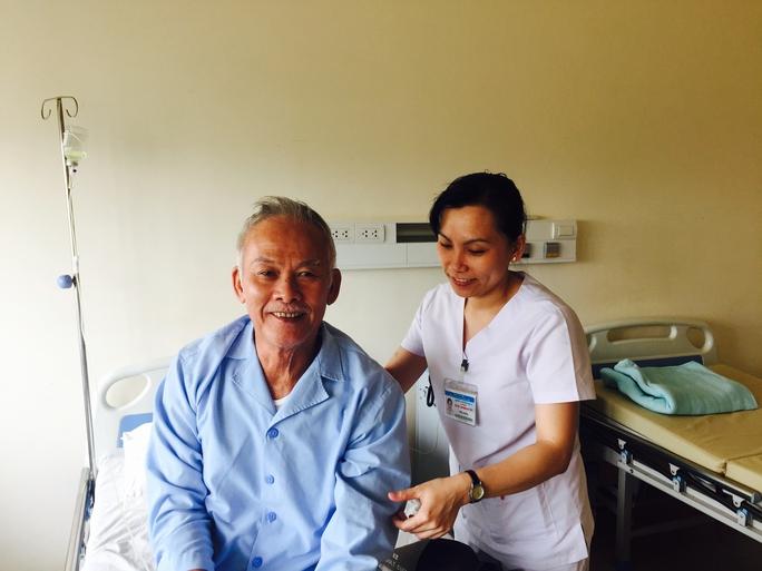 Bệnh nhân H.X.Th. (trái) sau phẫu thuật. Ảnh bệnh viện cung cấp