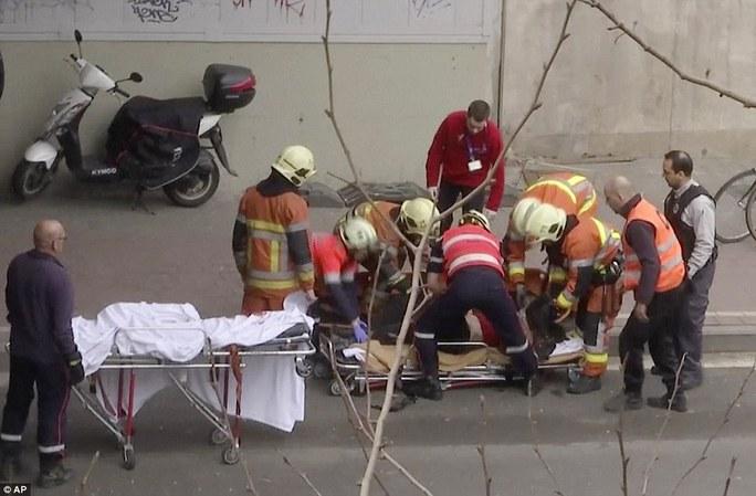 Cấp cứu người bị thương tại nhà ga metro Maelbeek. Ảnh: AP