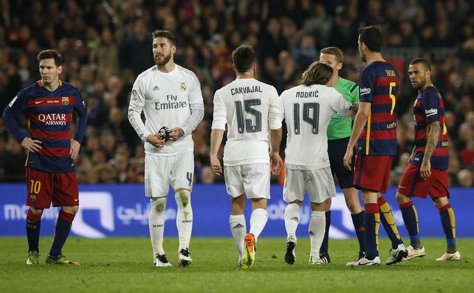 Ai cũng nghĩ Barca sẽ tận dụng lợi thế hơn người để định đoạt trận đấu