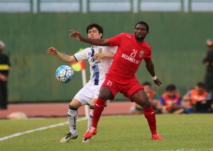 Tiền đạo Nsi cũng đóng góp một bàn thắng đẹp mắt cho B.Bình Dương