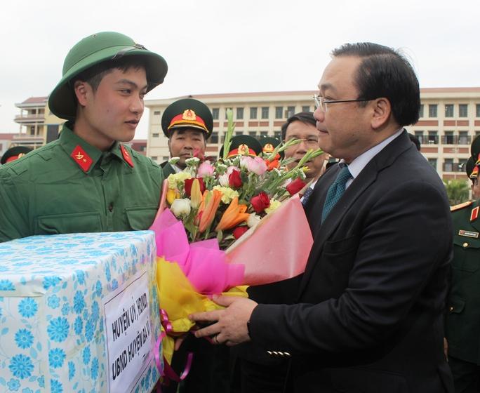 Bí thư Thành ủy Hà Nội Hoàng Trung Hải tặng quà, động viên thanh niên tòng quân bảo vệ Tổ quốc