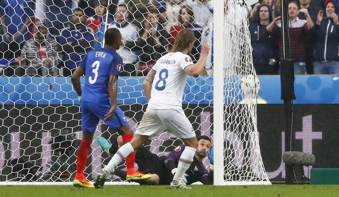 Bjarnasson ghi bàn danh dự cho Iceland