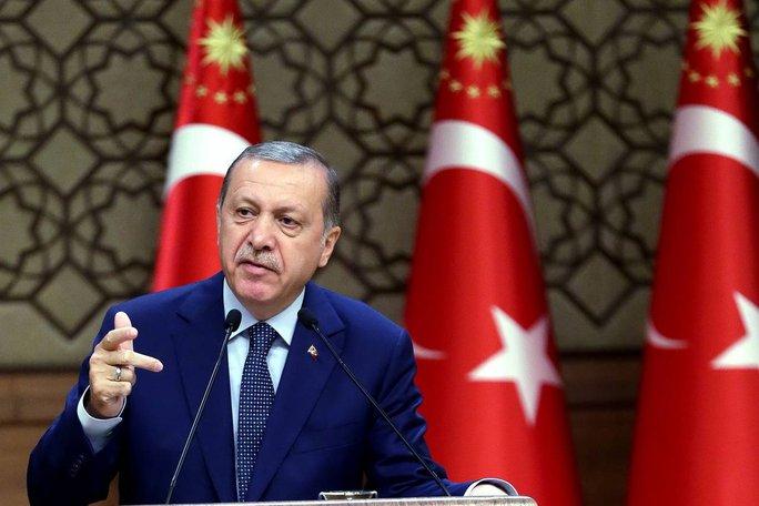 Tổng thống Erdogan may mắn thoát chết 2 lần. Ảnh: AP