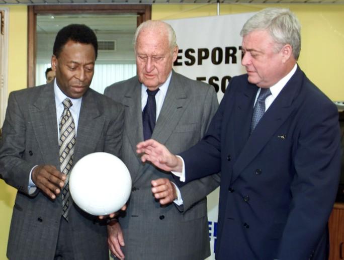 Vua bóng đá Pele cùng chủ tịch LĐBĐ Brazil Texeira tháp tùng cựu chủ tịch FIFA Joao Havelange năm 2001