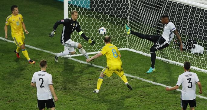 Boateng thậm chí phải cứu thua cho Đức ngay trên vạch vôi