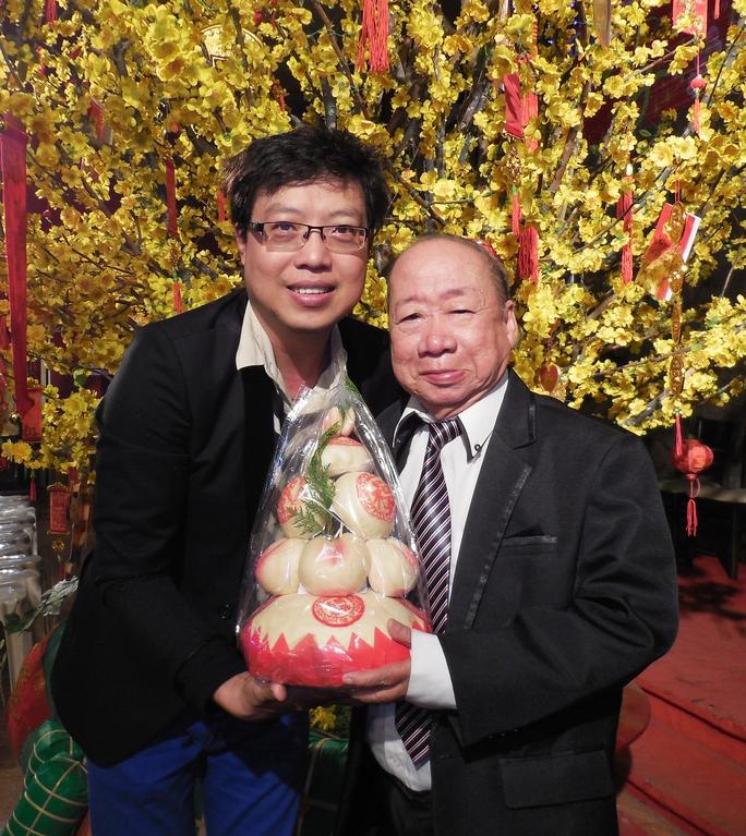 Tác giả và danh hài Tùng Lâm trong lễ mừng thọ 81 tuổi tổ chức tại Rạp Công Nhân (ảnh Chấn Cường)
