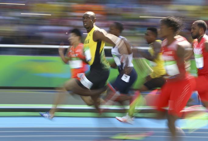 Usain Bolt chạy như đi dạo, thậm chí còn chưa bung hết sức vẫn vào bán kết nội dung 100 mét sở trường