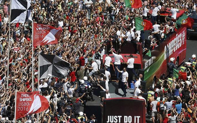 CĐV Bồ Đào Nha tràn ngập các tuyến đường đoàn xe đi qua