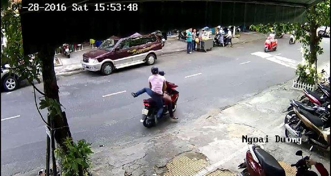 2 tên cướp phóng xe bỏ đi...