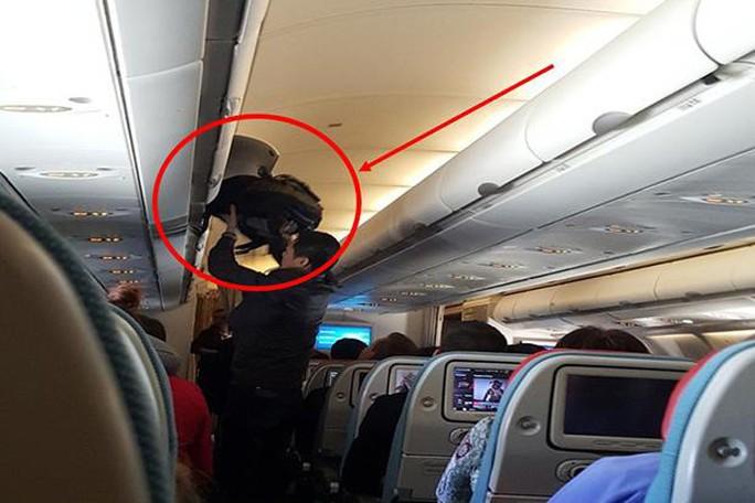 Hình ảnh ông Qiquan Ma trộm tiền của khách Đan Mạch. Ảnh: Cảnh sát Du lịch tại sân bay Suvarnabhumi.