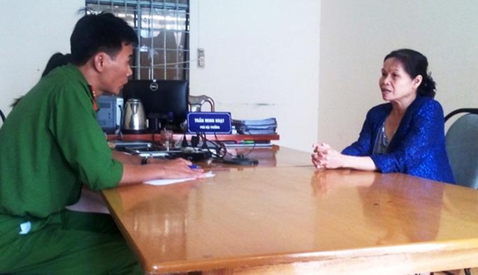 Bà Hường trình báo vụ việc tại cơ quan công an TP Bảo Lộc (ảnh Công an cung cấp)