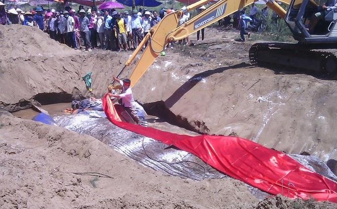 Việc chôn cất được tiến hành rất cẩn thận. Một tấm vải đỏ lớn được trải lên xác cá