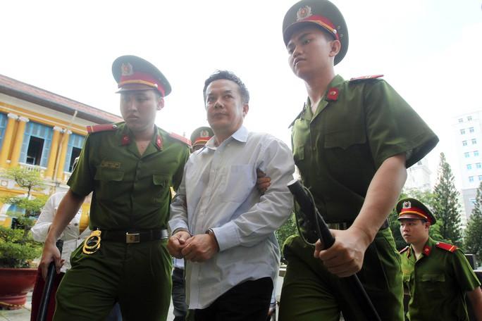 Các bị cáo được dẫn giải đến tòa