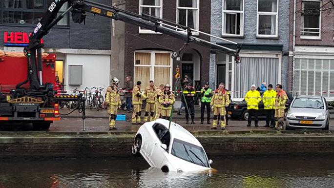 Chiếc xe được trục vớt. Ảnh: Twitter