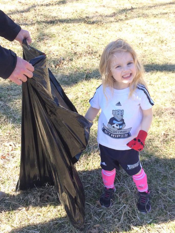 Nhiều nhóm tình nguyện đã nhặt rác để ủng hộ bé Amelia Meyer. Ảnh: Twitter